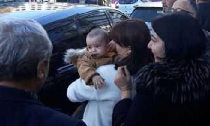 Aracında unuttuğu bebeği görünce sarılıp öptü
