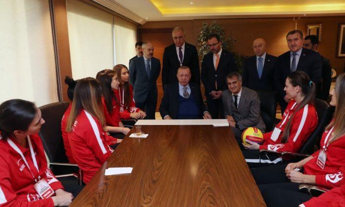 Cumhurbaşkanı Erdoğan, voleybolcularla bir araya geldi