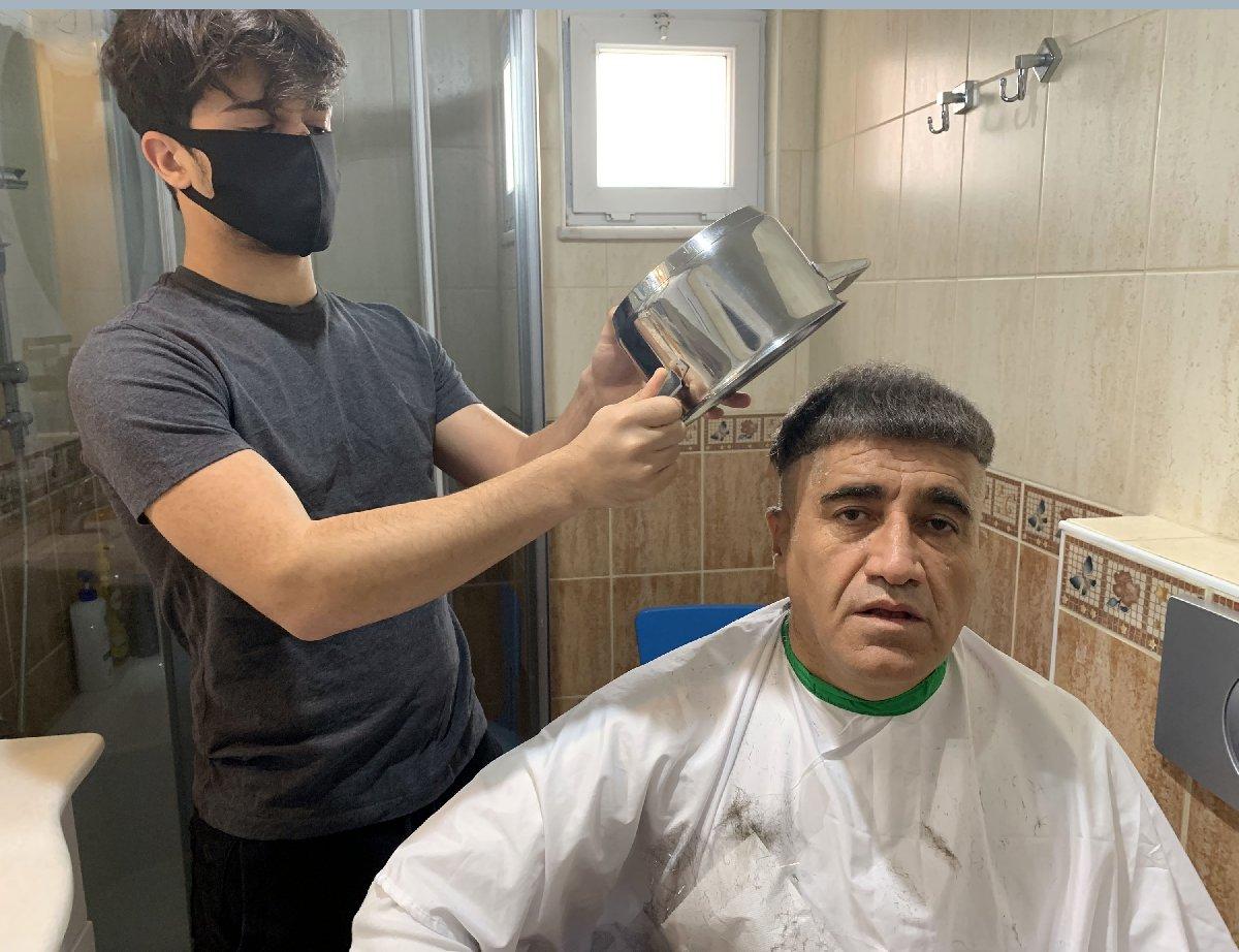 Aydın Aydın, 'Anadolu tas tıraşı' önerdi, şarkı söyleyerek saçını kestirdi