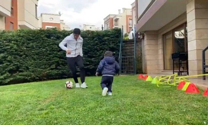 Guilherme oğluyla bahçede futbol keyfi yaptı