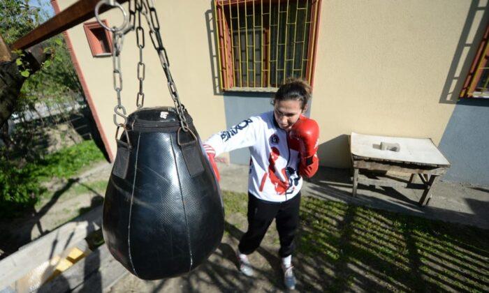 Milli boksör Elif Güneri evinin bahçesinde çalışıyor