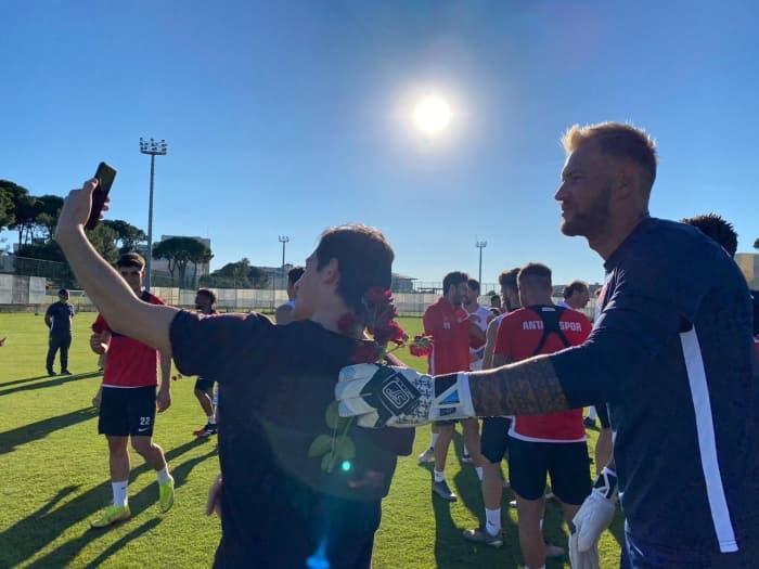 Antalyaspor antrenmanına futbolcuların ailelerinden sürpriz bayram ziyareti