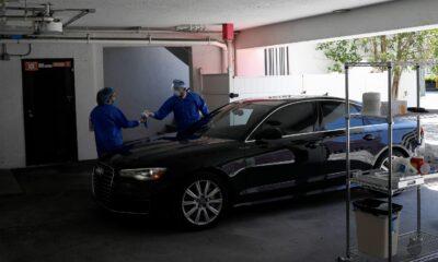 Doktor, estetik hastalarına arabada servis veriyor