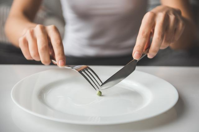Genç kadınları tehdit eden hastalık anoreksiya nedir? Belirtileri...