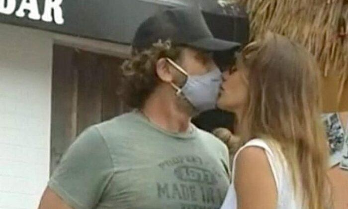 Gerard Butler ve sevgilisinden dikkat çeken görüntü! Maskeyle öpüştüler
