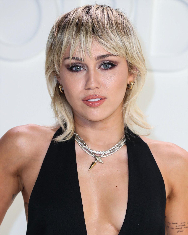 Miley Cyrus'tan bomba itiraf: İlk kez birlikte olduğum kişi…